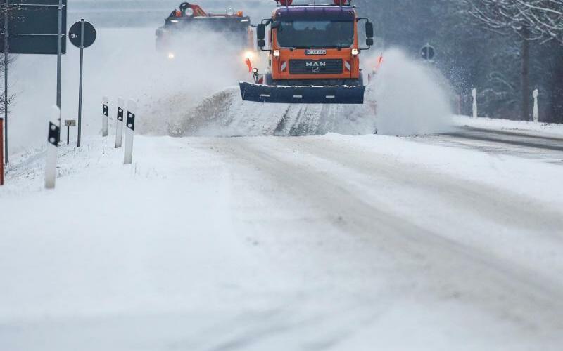 Winterdienst - Foto: Zwei Schneepflüge des Winterdienstes räumen eine schneebedeckte Bundesstraße in Baden-Württemberg. Auch für die Nacht zu Montag wird vor gefährlicher Glätte gewarnt. Foto:Thomas Warnack