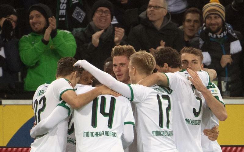 Jubeltraube - Foto: Gladbachs Spieler feiern das 1:0 beim FC Nürnberg. Foto:Federico Gambarini