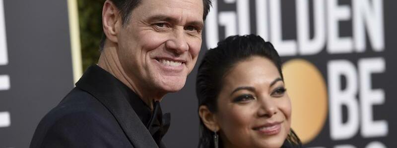 Golden Globes - Carrey & Gonzaga - Foto: Jim Carrey kommt mit seiner neuen Freundin Ginger Gonzaga zur Verleihung der Golden Globes. Foto:Jordan Strauss/Invision/AP