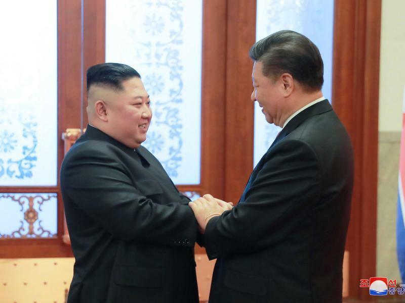 Machthaber Kim besucht China - Foto: Kim Jong Un und Xi Jinping begrüßen sich in der Großen Halle des Volkes in Peking. Nordkoreas Machthaber war in Peking, um seine Strategie mit der chinesischen Führung abzustimmen, bevor er beim zweiten Gipfeltreffen mit Trump über die Denuklearisierung d