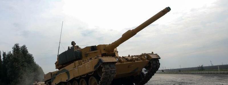 Türkischer Panzer - Foto: Ein Panzer der türkischen Armee auf demWeg nach Afrin in Syrien. Foto:XinHua