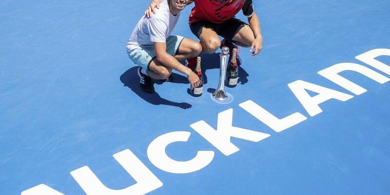 Doppel-Sieger - Foto: Jan-Lennard Struff (r) posiert mit dem Japaner Ben McLachlan nach dem Sieg im Doppel-Finale. Foto:David Rowland