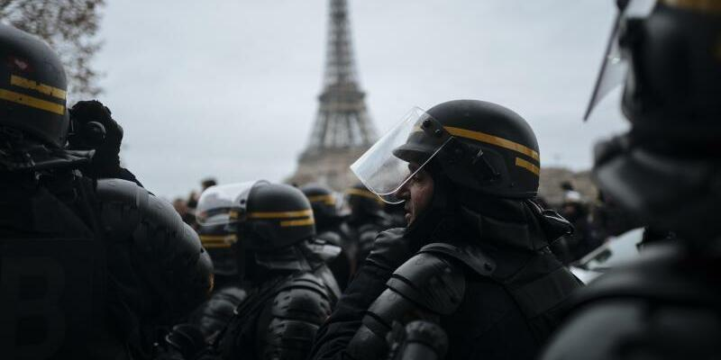 Polizei in Paris - Foto: Kamil Zihnioglu/AP