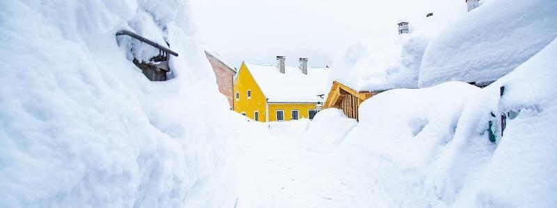 Winter in Österreich - Foto: Der Schnee türmt sich zu beiden Seiten einer Gasse in der niederösterreichen Stadt Mariazell. Foto:Bektas/Land Steiermark/APA