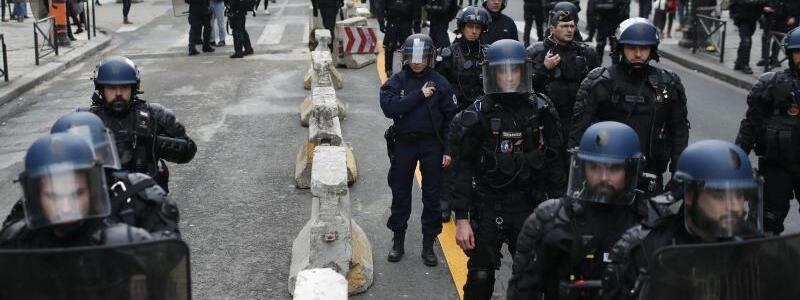 Polizisten - Foto: Thibault Camus/AP