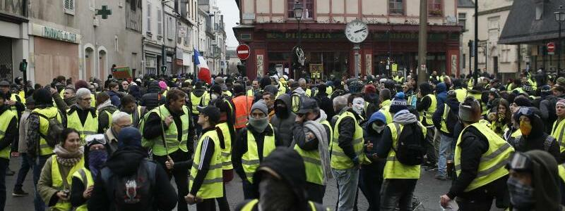 Protestler in Bourges - Foto: Rafael Yaghobzadeh/AP