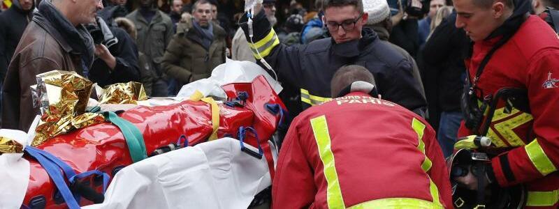 Versorgung eines Verletzten - Foto: Thibault Camus/AP