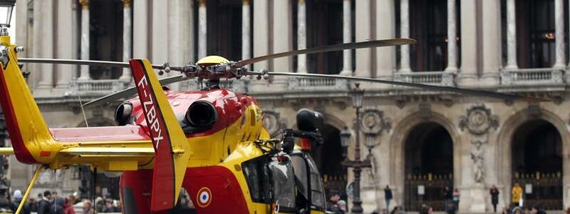 Rettungshubschrauber - Foto: Ein Rettungshubschrauber steht vor der Pariser Oper, etwa einen Kilometer Luftlinie entfernt vom Unglücksort. Foto: