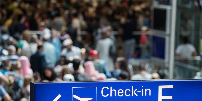 Reiseverkehr am Flughafen - Foto: Andreas Arnold/Archiv