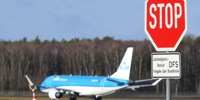 Warnstreiks - Foto: Flugzeug in Hannover: Angekündigte Warnstreiks des Flugpersonals stellen Passagiere bundesweit auf eine harte Probe. Foto:Holger Hollemann