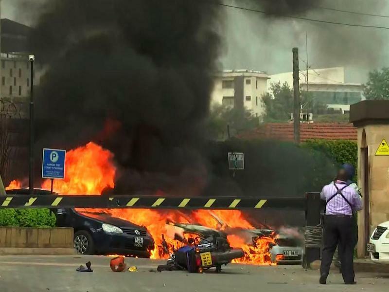 Explosion in Nairobi - Foto: Der Ausschnitt aus einem Video zeigt eine Explosion in Kenias Hauptstadt. Geschützfeuer und Explosionen wurden in der Nähe eines gehobenen Hotelkomplexes gemeldet. Foto:Josphat Kasire/AP