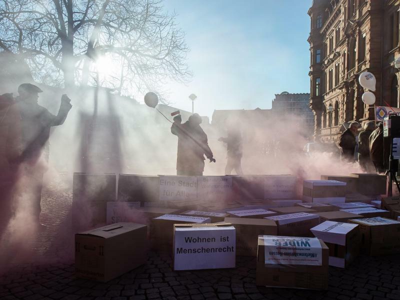 Protestaktion - Foto: Demonstranten haben während der Protestaktion des «Bündnis #Mietenwahnsinn-Hessen» eine Mauer aus Kartons aufgebaut und nach einer Stunde zum Einsturz gebracht. Gefordert wird, dass der Schutz bestehender Mietverhältnisse gewährleistet und Verdrängung dur