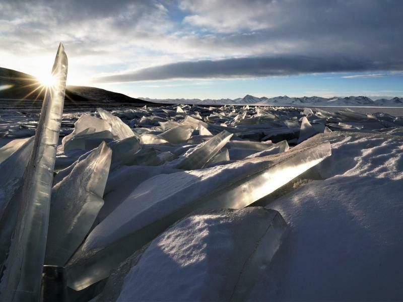 Eiswelt - Foto: Winter in Tibet: Sonnenstrahlen brechen sich an einer Eisscholle auf dem gefrorenen Salzsee Nam Co. Foto:Phurbu Zhaxi/XinHua