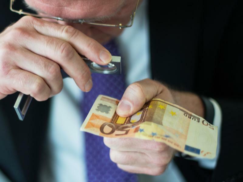 Analysezentrum für Falschgeld - Foto: Andreas Arnold/Illustration
