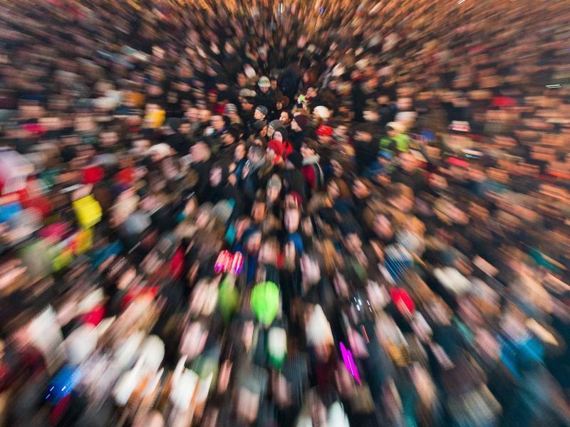 Menschenmasse - Foto: Anglizismus des Jahres:Gendersternchen. Zeichen und zentraler Begriff im heftigen Streit über die sprachliche Gleichbehandlung aller Geschlechter. Foto:Lukas Schulze