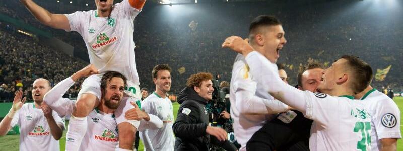 Großer Jubel - Foto: Nach dem Sieg im Elfmeterschießen gegen den BVB feiern die Spieler von Werder Bremen den Einzug ins Pokal-Viertelfinale. Foto:Bernd Thissen