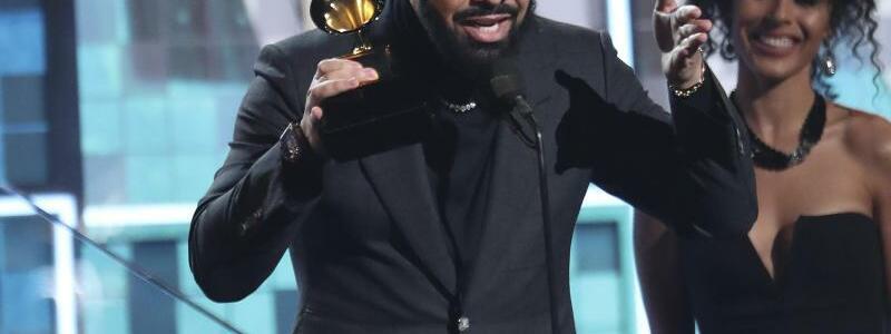 Grammys - Drake - Foto: Drake gewinnt einen Grammy für den besten Rap-Song («God's Plan»). Preise seien ab nicht das Wichtigste, sagte er in seiner Rede. Foto:Matt Sayles/Invision/AP