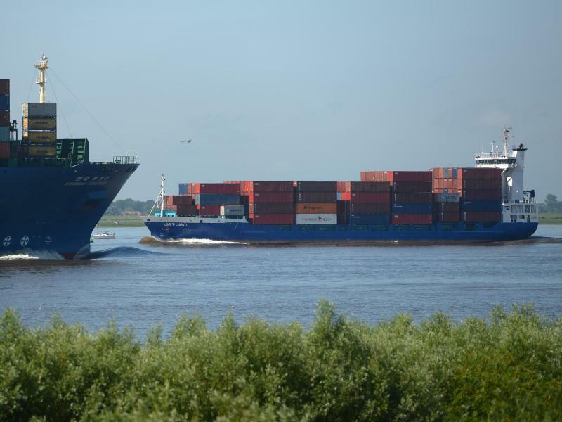 Containerschiffe auf der Elbe - Foto: Marcus Brandt