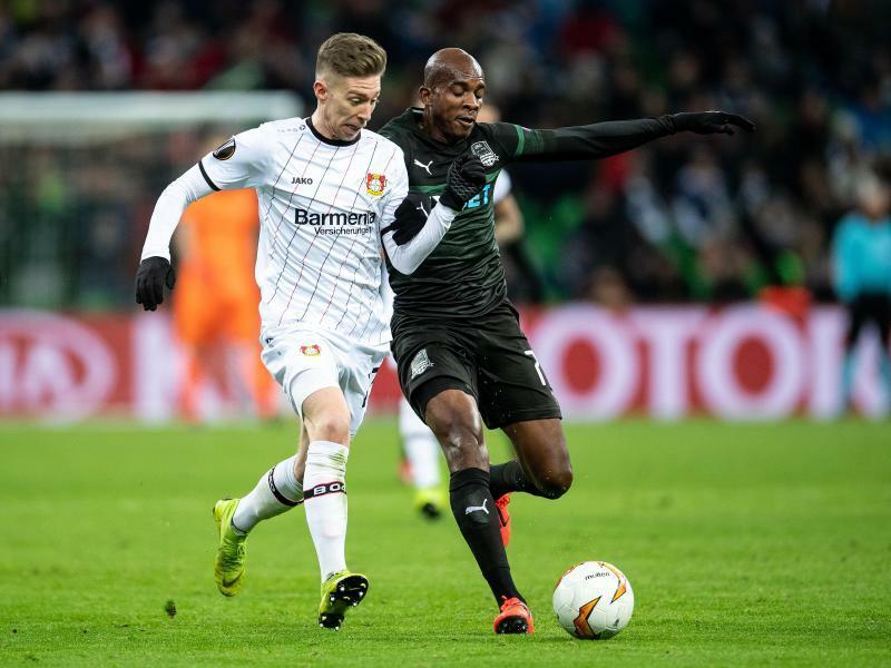 Zweikampf - Foto: Leverkusens Mitchell Weiser (l) und Charles Kabore? von FK Krasnodar kämpfen um den Ball. Foto:Marius Becker