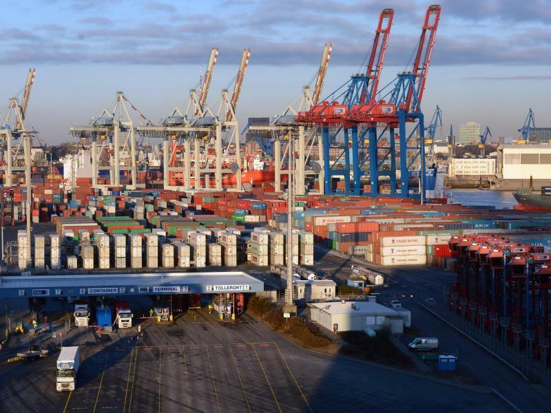 Hamburger Hafen - Foto: Der Hamburger Hafenumschlag stagniert seit Jahren und der einstmals zweitgrößte Hafen Europas ist schon lange auf Rang drei zurückgefallen. Foto:Marcus Brandt