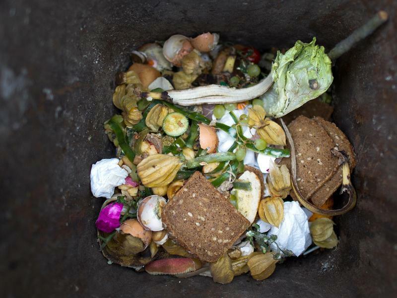 Lebensmittel im Müll - Foto: Arno Burgi/dpa-Zentralbild