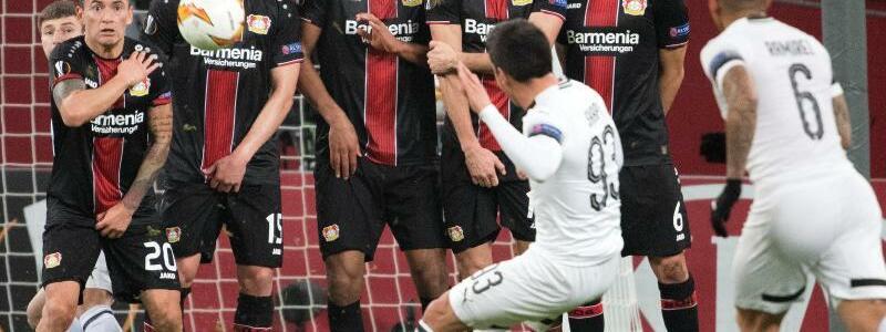 Freistoß - Foto: Magomed Suleymanov von Krasnodar erzielt das 1:0 an der Leverkusener Mauer vorbei. Foto:Federico Gambarini