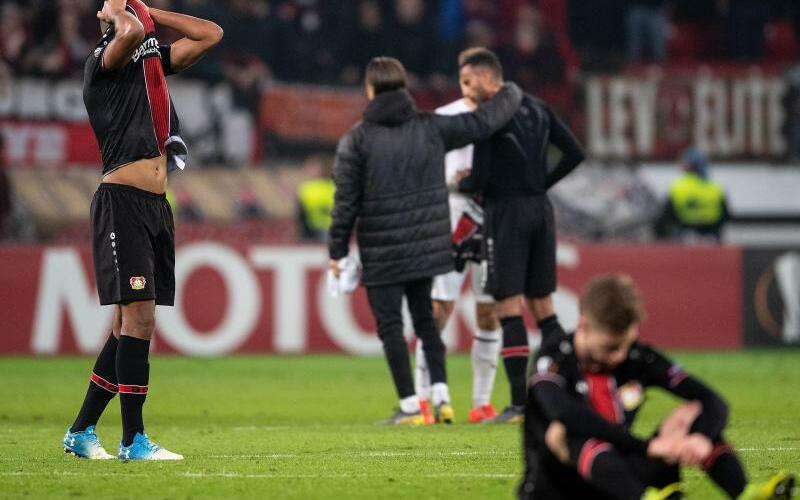 Aus - Foto: Die Spieler von Bayer Leverkusen hadern mit dem Aus in der Zwischenrunde der Europa League nach dem 1:1 gegen FK Krasnodar. Foto:Marius Becker