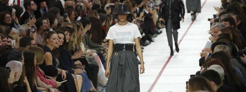 Paris Fashion Week - Dior - Foto: «Sisterhood is Global»: Eröffnung der Show von Dior. Foto:Christophe Ena/AP