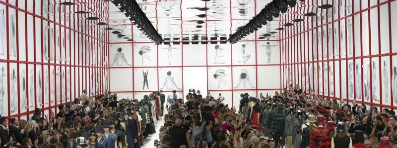 Paris Fashion Week - Dior - Foto: Die Fotografien von Tomaso Binga ergeben feministische Verse. Foto:Christophe Ena/AP