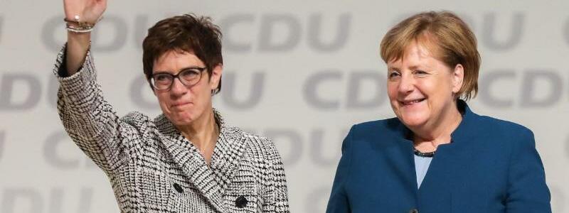 Merkel und Kramp-Karrenbauer - Foto: Christian Charisius