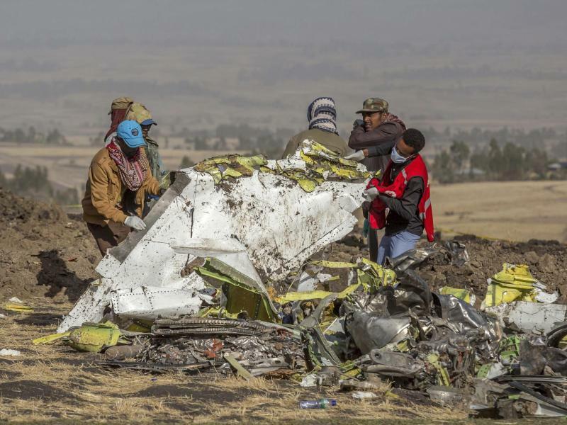 Bergung - Foto: In Äthiopien begannen Experten mit der Identifizierung der Opfer und der Klärung der Unglücksursache. Foto:Mulugeta Ayene/AP