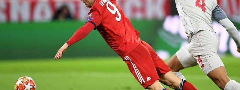 Foul - Foto: Robert Lewandowski (l) wird von Liverpools Virgil van Dijk beim Kampf um den Ball gefoult. Foto:Tobias Hase