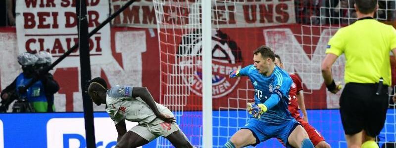 Patzer - Foto: Münchens Torwart Manuel Neuer (M) verschätzt sich im Zweikampf mit Liverpools Sadio Mane (l), der daraufhin das 1:0 erzielt. Foto:Peter Kneffel