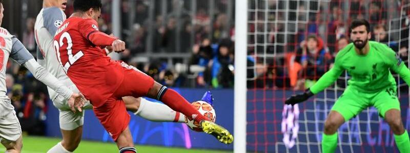 Ausgleich - Foto: Münchens Serge Gnabry (M) wird vom Liverpooler Andy Robertson (2.v.l.) geblockt - trotzdem fällt der Ausgleichstreffer. Foto:Peter Kneffel