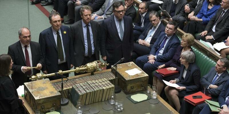 Britisches Parlament - Foto: Theresa May (vorne, 3.v.r.) verfolgt das Ergebnis der Abstimmung im Unterhaus. Foto:Jessica Taylor/UK Parliament/AP