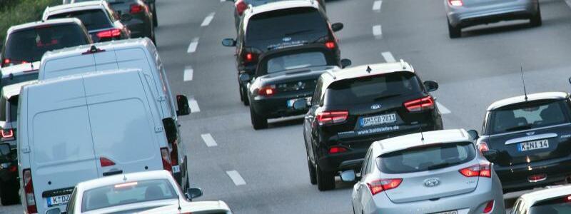 Stau in Köln - Foto: Generell sollen Fahrverbote in der Regel erst ab einer Belastung von 50 Mikrogramm Stickoxid pro Kubikmeter Luft als verhältnismäßig gelten. Foto:Federico Gambarini