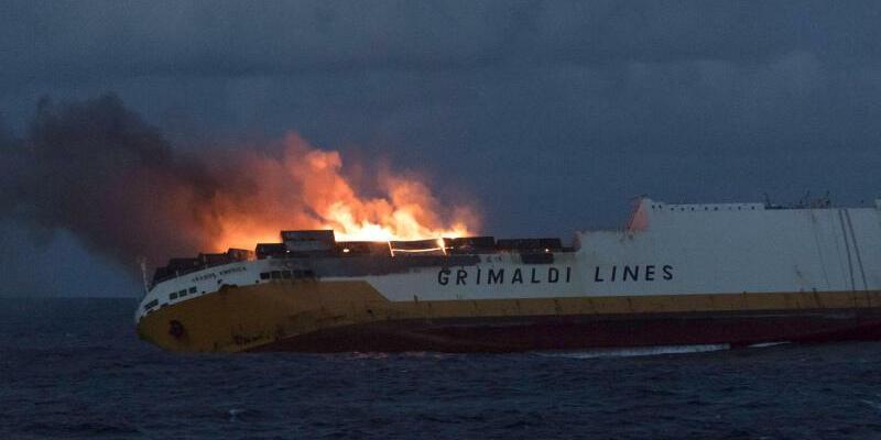 Containerschiff «Grande America» in Flammen - Foto: Das Containerschiffs «Grande America» steht vor der Westküste Frankreichs in Flammen. Foto:_ Loic Bernardin/Marine Nationale/AP