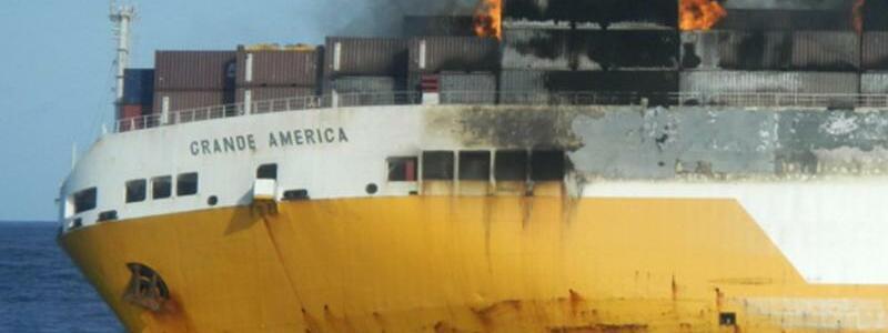 «Grande America» - Foto: Der Beginn des Dramas:Die brennende «Grande America» war in Schieflage geraten. Foto:Marine Nationale/AP