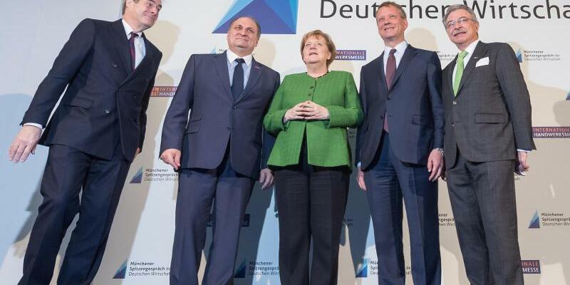 Spitzengespräch mit Merkel - Foto: Peter Kneffel