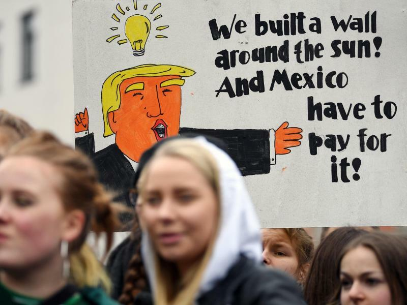 Trump rettet das Klima - Foto: Donald Trump rettet das Klima:Wir haben eine Mauer um die Sonne gebaut, und Mexiko wird dafür bezahlen. Hunderte Schüler beteiligen sich in Halle/Saale an der Demo Fridays for Future. Foto:Hendrik Schmidt