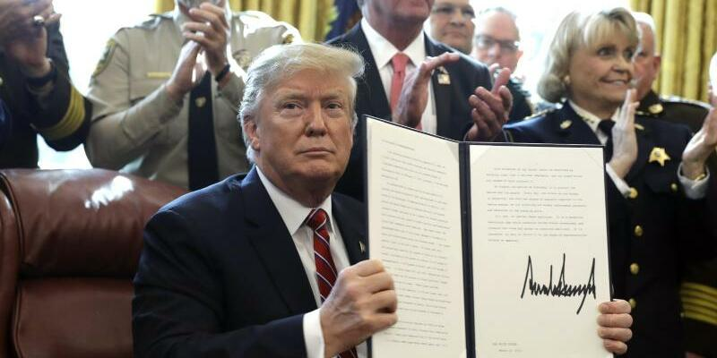 Trump legt Veto ein - Foto: Evan Vucci/AP