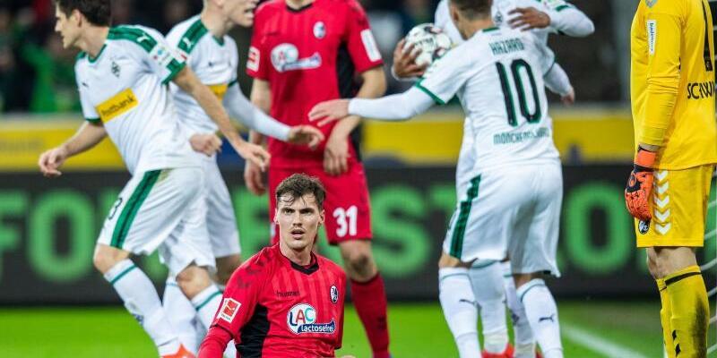 Borussia Mönchengladbach - SC Freiburg - Foto: Die Gladbacher Spieler freuen sich im Hintergrund über den Treffer zum 1:1-Ausgleich gegen Freiburg. Foto:Marcel Kusch