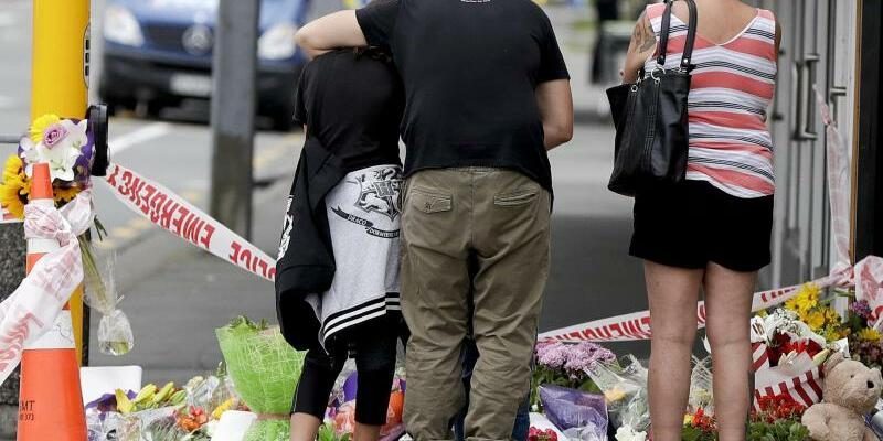 Trauer - Foto: Menschen trauern in der Nähe der Al-Nur-Moschee in Christchurch. Foto:Mark Baker/AP