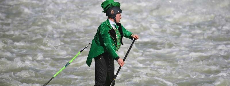 Stand-up-Paddler am St. Patrick?s Day - Foto: Karl-Josef Hildenbrand