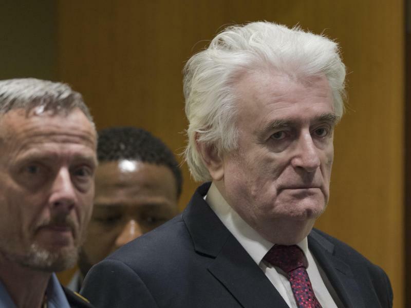 Schuldig - Foto: Der ehemalige Serben-Führer Radovan Karadzic betritt den Gerichtssaal des UN-Kriegsverbrechertribunals in Den Haag für sein Berufungsverfahren. Gut 20 Jahre nach dem Völkermord von Srebrenica ist der politisch Hauptverantwortliche zu lebenslanger Haft ver