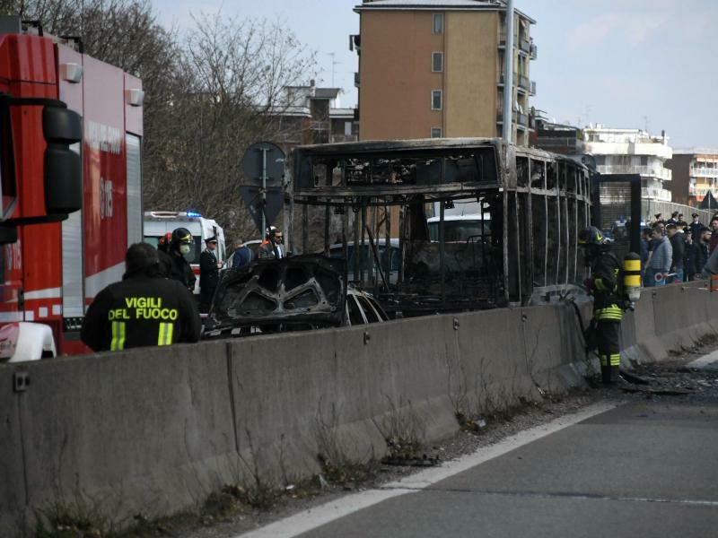 Ausgebrannter Schulbus - Foto: Daniele Bennati/ANSA/AP