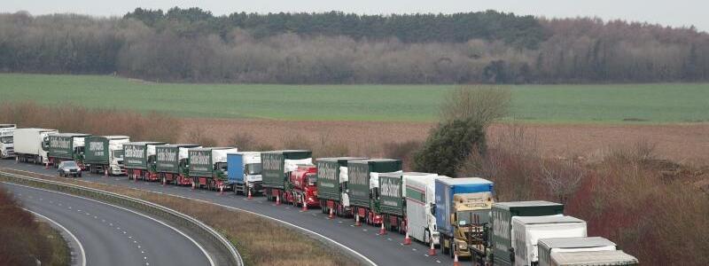 Brexit - Foto: Lastwagen auf der A526 außerhalb von Dover:Die britiscche Regierung testet jede Möglichkeit, das Brexit-Chaos zu begrenzen. Foto:Gareth Fuller/PA Wire