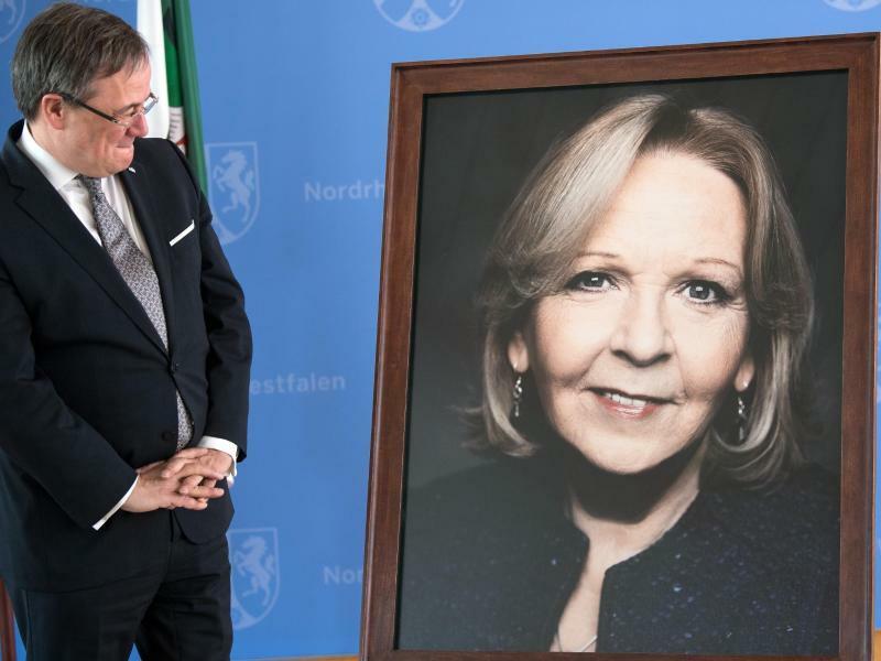 Momentaufnahme - Foto: NRW-Ministerpräsident Armin Laschet betrachtet in der Düsseldorfer Staatskanzlei das Bild seiner Amtsvorgängerin Hannelore Kraft. Erstmals kommt ein Foto - aufgenommen von Starfotograf Jim Rakete - in die Porträt-Galerie der ehemaligen Regierungschefs. Fo