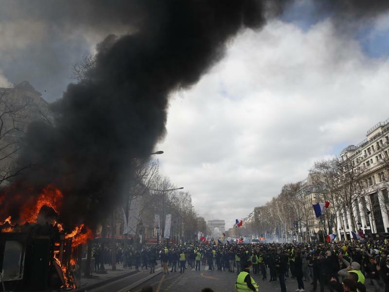 «Gelbwesten»-Proteste in Paris - Foto: Christophe Ena/AP
