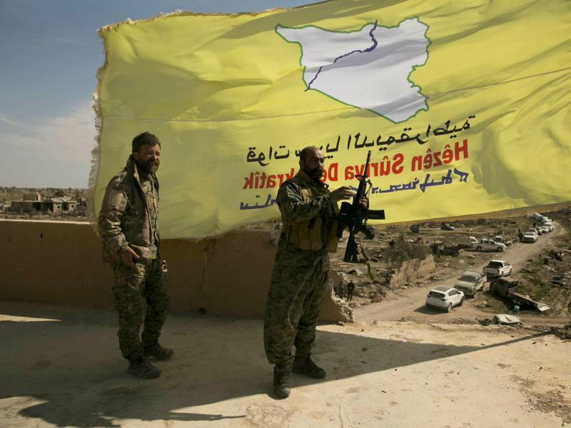 SDF-Kämpfer hissen Flagge über Baghus - Foto: Maya Alleruzzo/AP